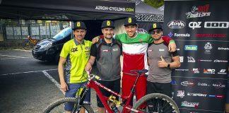 Lorenzo Suding con lo staff Andreani dopo la conquista della maglia tricolore Enduro
