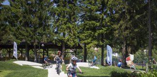 I biker in erba sulla pump tack permanente di Molveno