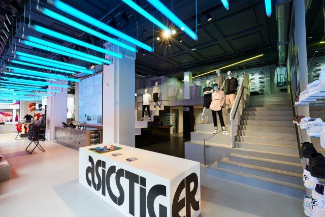 ASICS Flagship Store è anche esperienza sensoriale, luci, colori, immagini per un acquisto perfetto