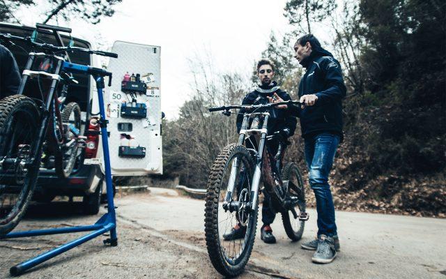 Francesco Colombo si prepara a scendere sulla sfidante pista dh di San Romolo