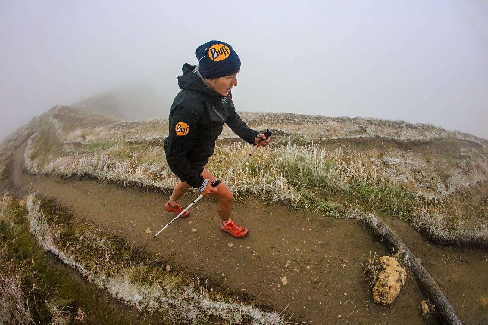 Un passaggio spettacolare di Nuria Picas tra le nebbie dei colli alpini photo : Franck Oddoux