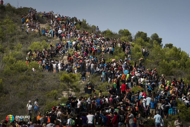 La folla oceanica assiepata lungo la DH Men, degna conclusione di una gara epica