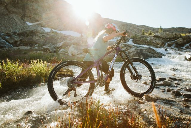 Casey Brown esplora le montagne Monashee con la sua Trek Remedy - foto: Robb Thompson