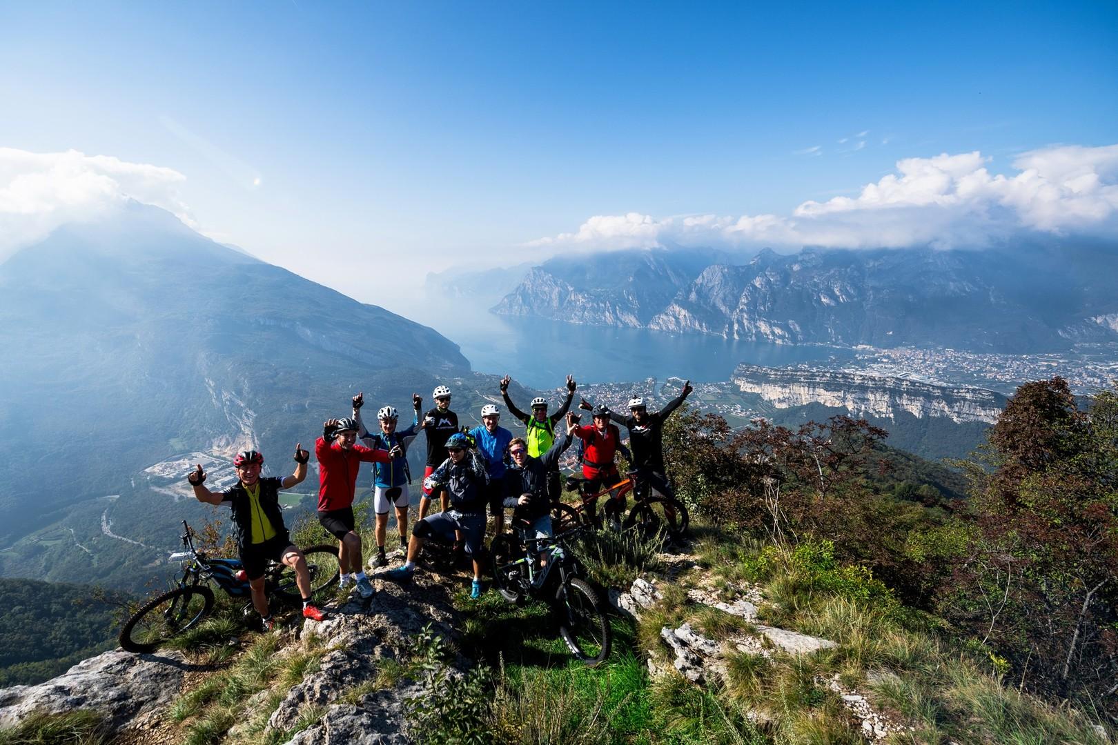 Alcuni dei partecipanti alla prima edizione di Emtb Adventure in uno dei punti panoramici raggiunti in sella alle mountain bike a pedalata assistita. (Photo Archivio Garda Trentino/Miha Matavz)
