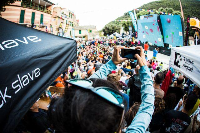 Grande affluenza di pubblico per i contest e gare in programma, qui arrampicata sportiva