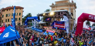 La folla di fronte al palco delle Enduro World Series in centro a Finale Ligure