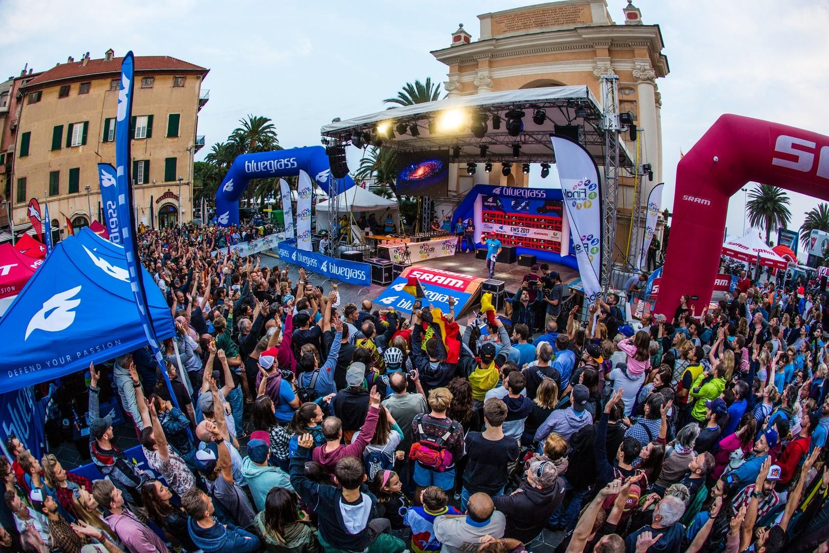 La folla di fronte al palco delle Enduro World Series in centro a Finale Ligure