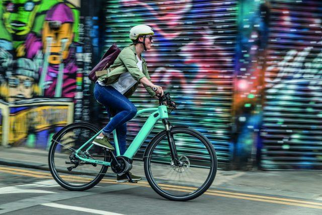 Ciclisti su eBike in città