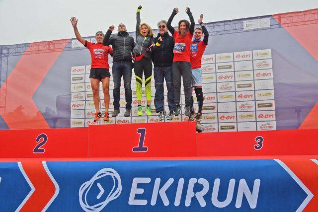 Federicq Fontana sul podio insieme al suo team RunFedeRun