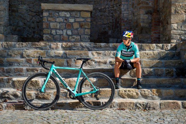 Fontana posa con la sua bici Bianchi nel centro storico di Vernasca
