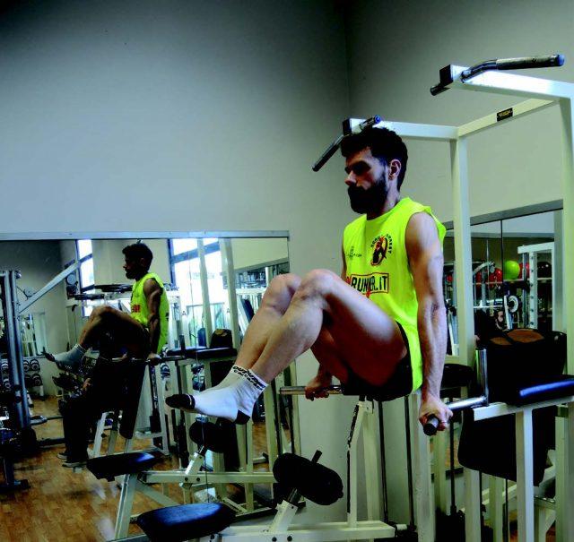 Training addominali: Leg Raise alle parallele