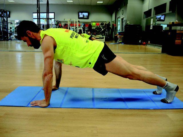 Training addominali: Plank a braccia tese