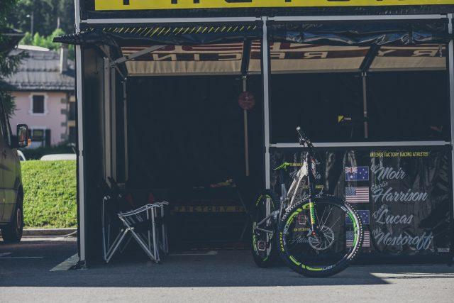 Il box del team Intense Factory Racing a Les Gets - foto: Adrian Marcoux
