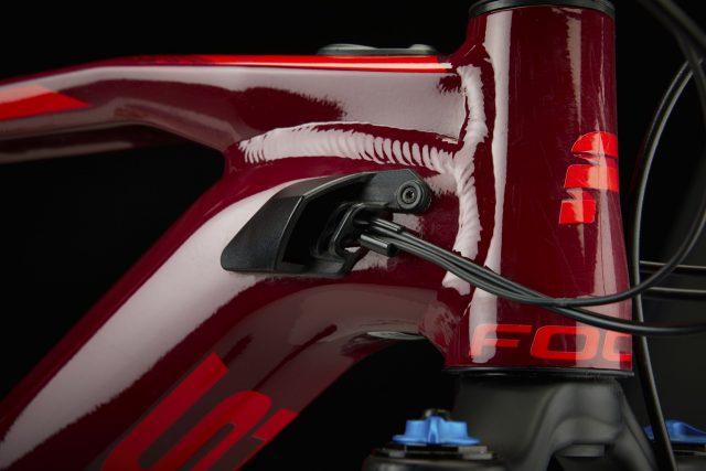 Sistema di passaggio cavi integrato con prese d'aria per raffreddare motore e batteria integrata