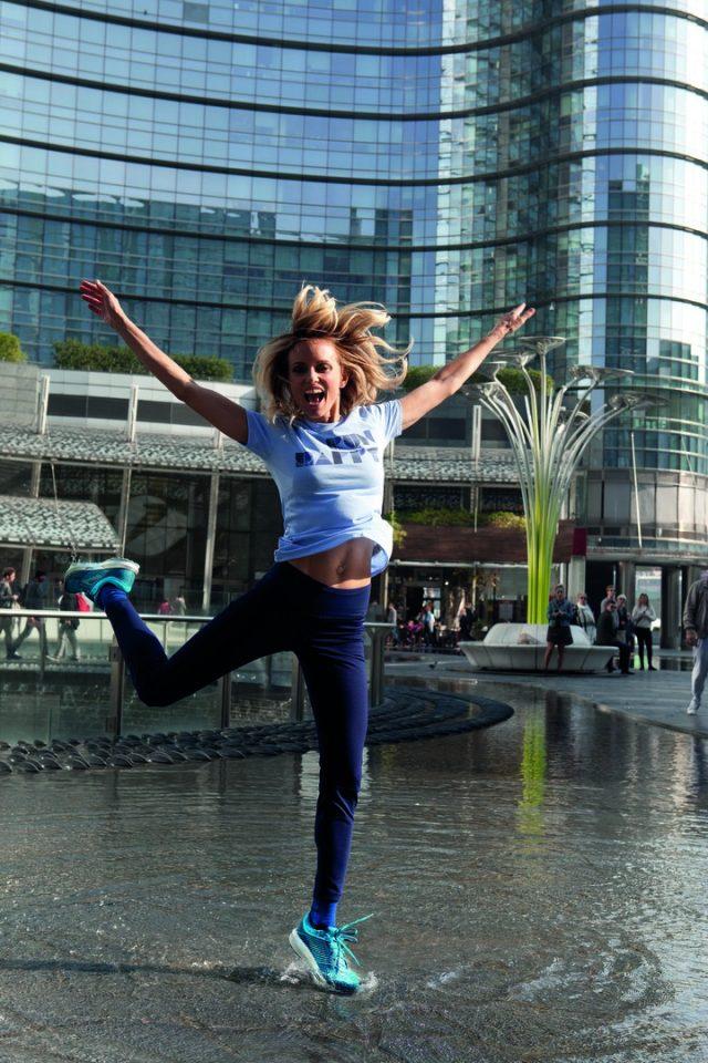 Justine Mattera, ambassador di Brooks con ai piedi la nuovissima Brooks Levitate in Piazza Gae Aulenti a Milano durtanbte il nostro photoshooting