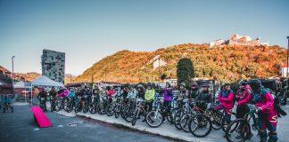 Le ragazze schierate al campo base presso Ultimate Bike Shop