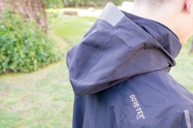 Cappuccio regolabile sul collo con parte centrale più pronunciata e ampia dimensione per coprire anche il casco