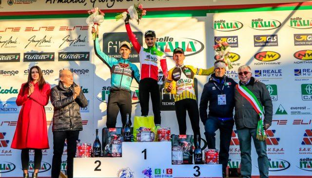 Il podio della gara Open maschile: al centro il vincitore Gioele Bertolini. Alla sua sinistra Marco Aurelio Fontana, alla sua destra Stefano Sala