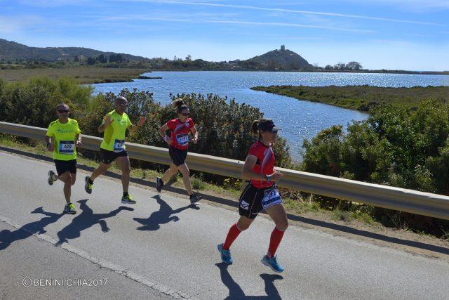 L'incredibile scorcio sul mare di Chia, durante lo svolgimento della omonima Chia21 Half Marathon, dove correre è un continuo perdersi nel mare più bello della Sardegna.