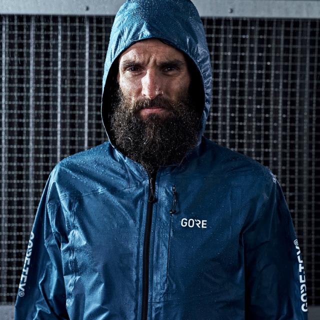 Il modello da running della giacca con tecnologia SHAKEDRY della nuova linea GORE WEAR nella inedita colorazione blu.