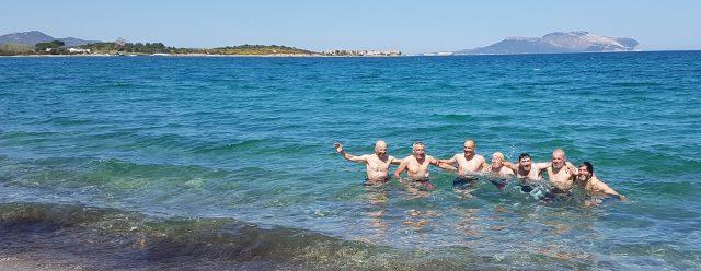 Un tuffo per celebrare la conclusione del Sardinia Divide nella spiaggia di Olbia - foto: Massimo Zara