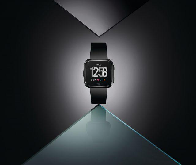Lasilhouette accattivante della versione Fitbit Versa Black hero