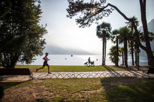 Giulio Molinari in allenamento sulle rive del Lago di Garda