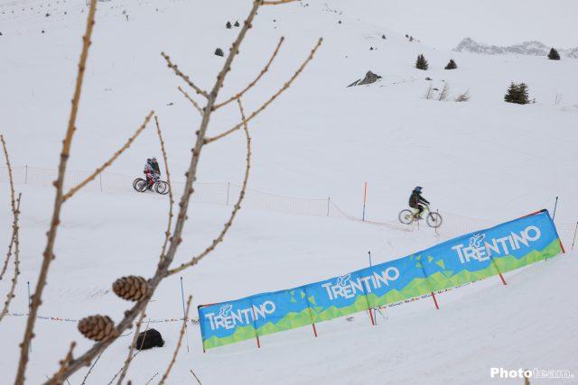 Seguendo la traccia che corre a fianco della pista da sci Valena