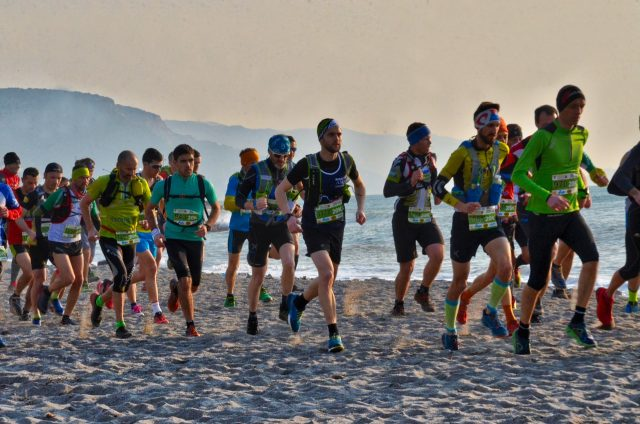 Una delle fasi suggestive della gara che ha visto i partecipanti protagonisti di una parte di percorso sulla spiaggia di Loano