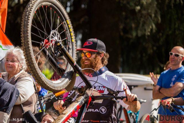 Alex Lupato sorridente a fine gara a Trivero, per il quarto round 4Enduro