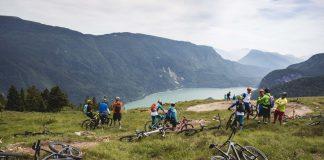 Relax lungo il sentiero con il lago di Molveno sullo sfondo