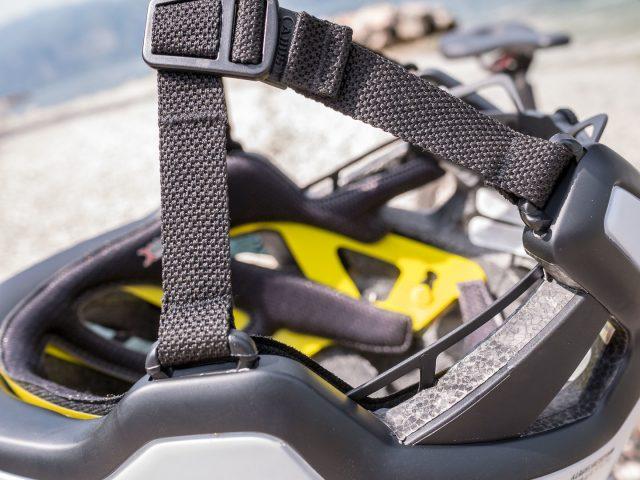 Fissaggio dei cinghietti al bordo inferiore del casco