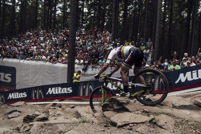 Nino Schurter in uno dei tratti più tecnici del tracciato