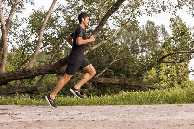 Il triatleta Giulio Molinari in azione con le nuove GLYCERIN 16