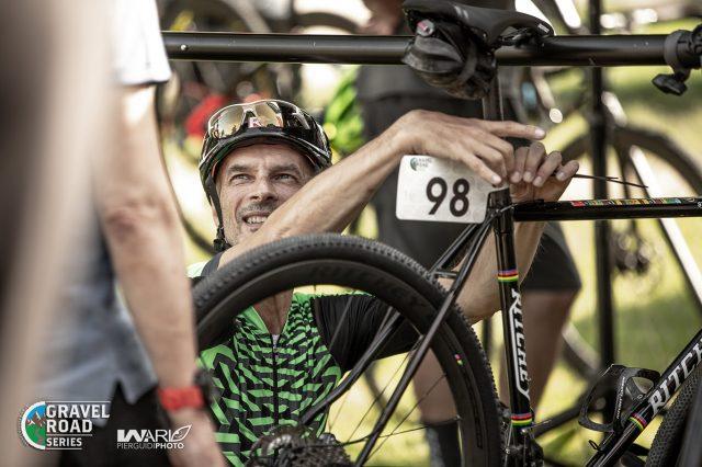 Si preparano le bici per la gara