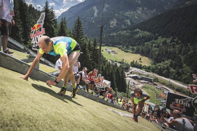 Werner MArti con dietro l'italinao Luca Kovacic nel momento decisivo a pochi metri dal traguardo - RedBull400_phcredits_FedericoModica1_RedBullContentPool