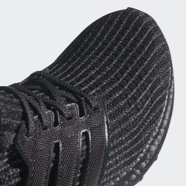 La particolare struttura PRIMEKNIT delle nuove adidas ULTRABOOST Triple Black, per una calzata perfetta