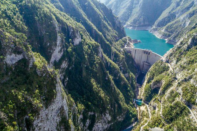 Una vista mozzafiato su una delle dighe oggetto del progetto Una delle dighe che minacciano la regione dei Balcani, oggetto del progetto BLUE HEART di PATAGONIA