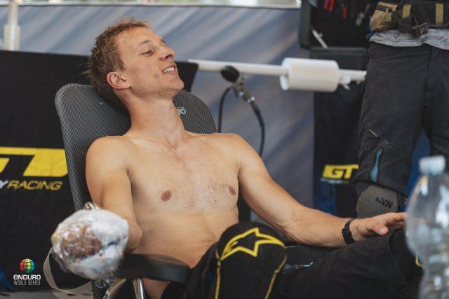 Martin Maes dolorante dopo la caduta in PS2 che l'ha costretto al ritiro