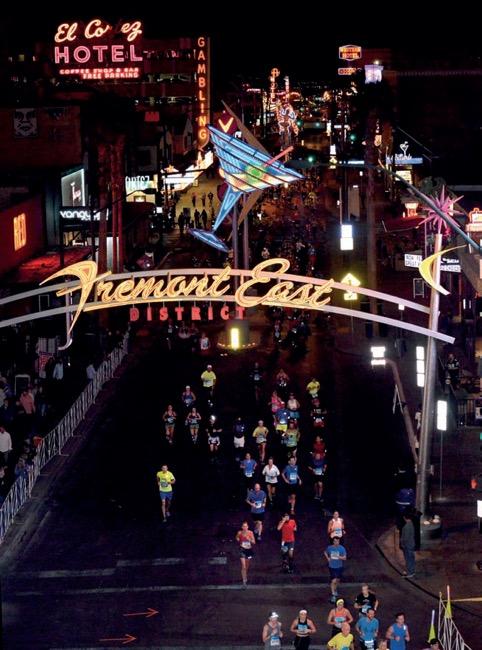 Partenza della Toyota Rock 'n' Roll Las Vegas Marathon al tramponto, mai una gara è stata più spettacolare. e ad illuminare la strada dei runner ci penseranno le luci di Vegas!