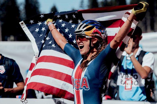 Kate Courtney celebra la vittoria ai Mondiali MTB 2018