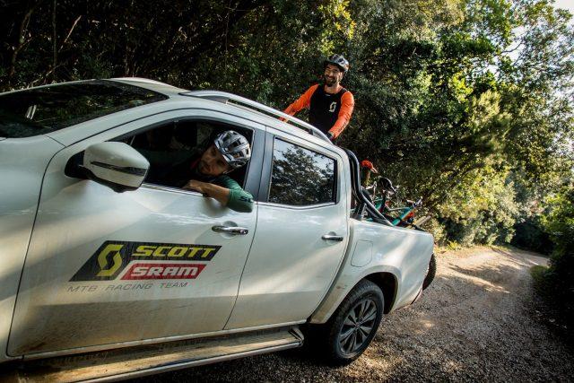 Risalendo un trail in zona Massa Marittima con il pick-up del team Scott SRAM