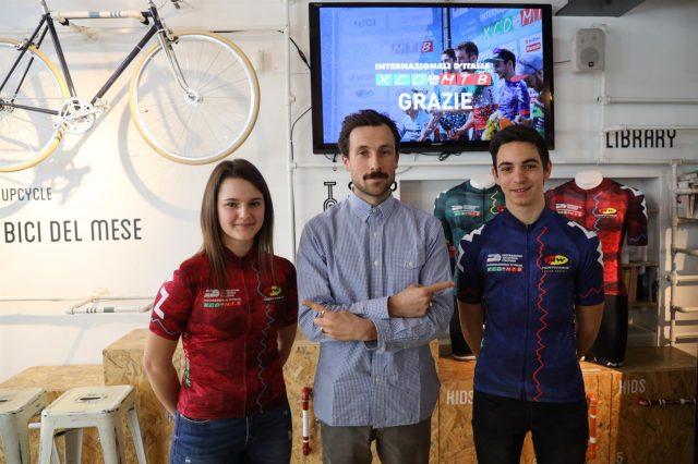 Niccolò Mattos (al centro), Communication Manager e Art Director di Northwave, ha svelato le maglie ufficiali di Internazionali d'Italia Series nel corso della presentazione di Milano