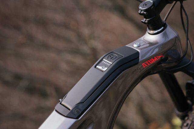 La batteria da 720 Wh è integrata nel tubo obliquo, estraibile dal top tube tramite lo sportello controllato dal braccialetto key-less