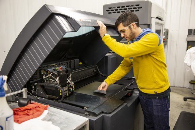 Alan Baryudin estrae una parte da una stampante 3D, che velocizza la fase di creazione dei prototipo interna all'azienda.