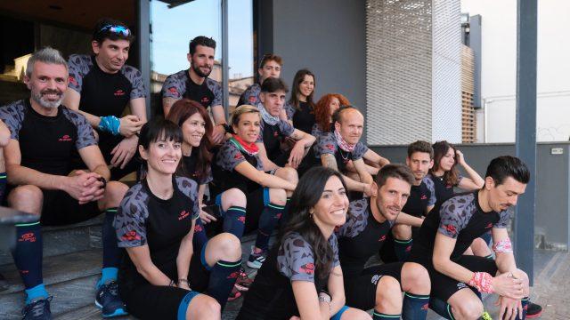 Il gruppo di giornalisti e addetti ai lavori, poco prima dell'uscita di running sui Navigli, in compagnia di Alessandro Degasperi, atleta BV SPORT