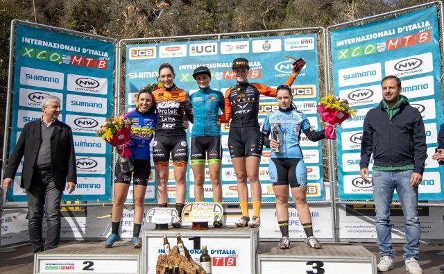 Il podio della gara Donne Junior: al centro la vincitrice Letizia Marzani