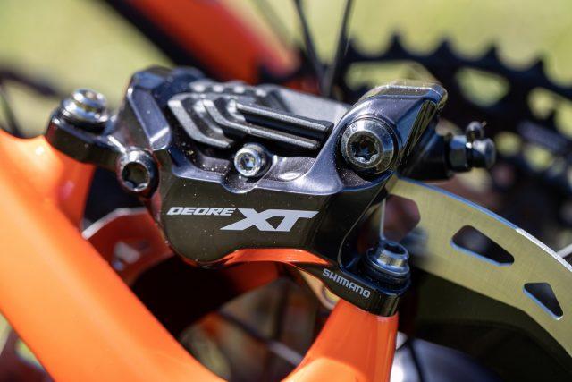 La pinza fremo Deore XT M8120 a quattro pistoncini