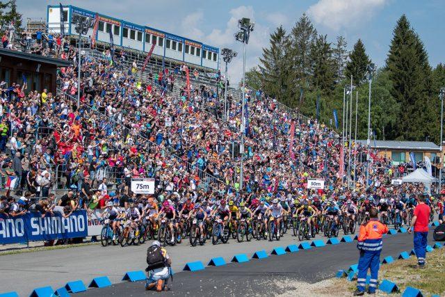 Partenza della competizione femminile XCO a Nove Mesto