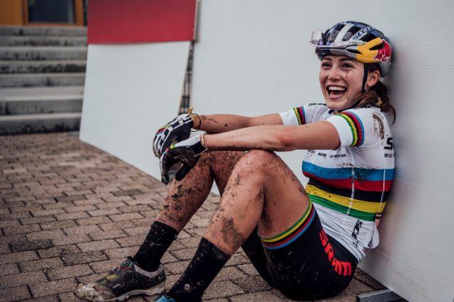 Kate Courtney esausta ma felice dopo la sua prima vittoria in una gara di World Cup XCO